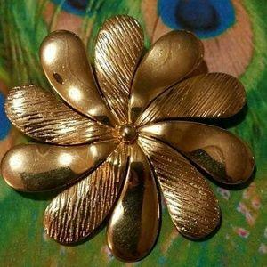 Vintage golden daisy brooch pin Flower gold tone